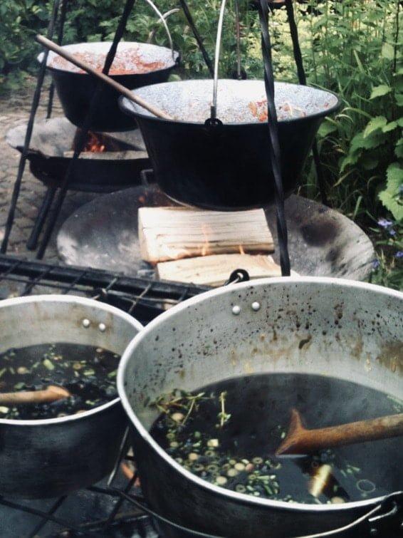 soep boven een kampvuur